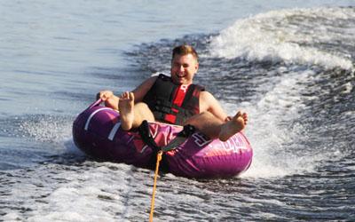 zabawy na wodzie - holowanie opony